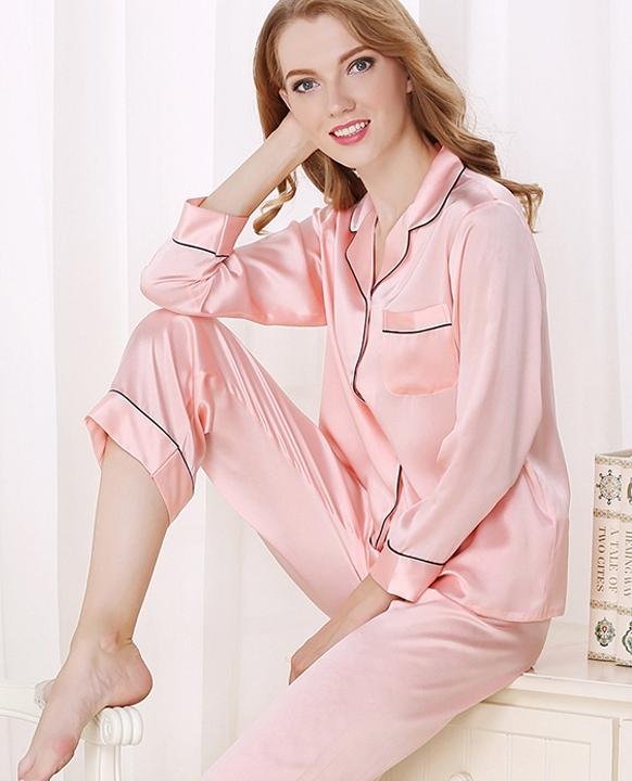 ピンク色のシルクパジャマ