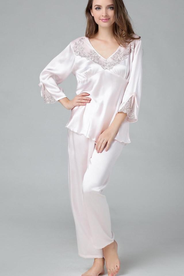 ベビーピンク色のシルク長袖パジャマ フリル