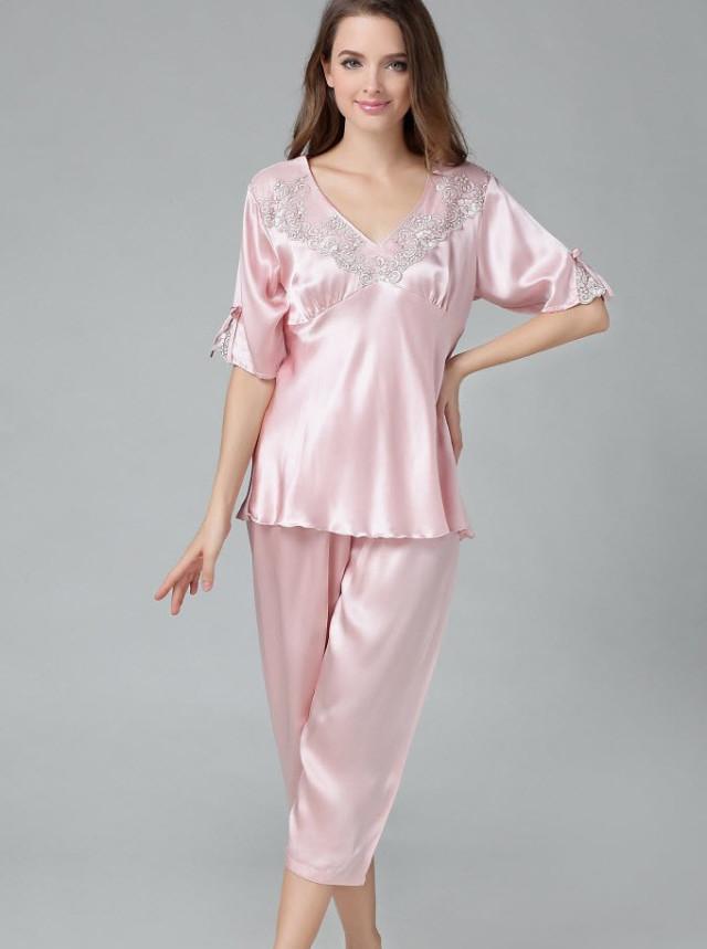 ピンク色のシルク半袖パジャマ フリル