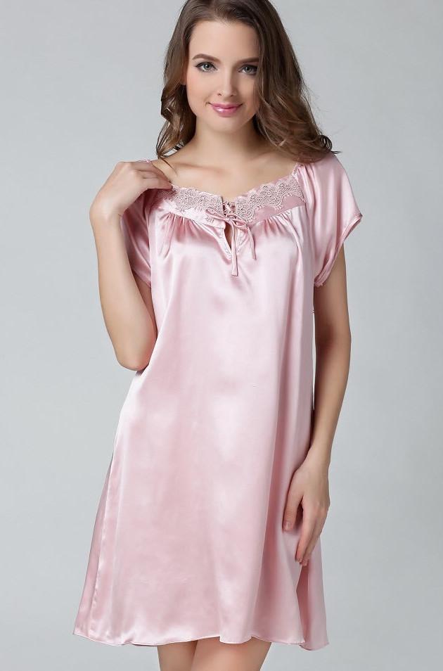 ベビーピンク色のシルクナイトウェア