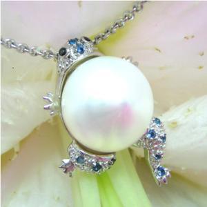 真珠を背おった蛙のシルバーネックレス