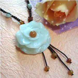 【送料無料】人や幸運を呼び込む翡翠の愛情の薔薇のネックレス