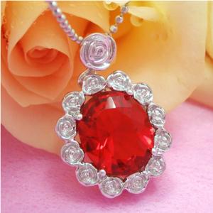 情熱を呼び起こす、燃えるような恋のチャンス提供してくれる薔薇で囲む赤い楕円をのシルバーネックレス