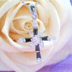気高い意志&強い信念を表すクロスのシルバーネックレス