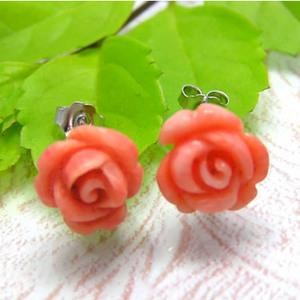 永遠の美しさ、芳香が漂うような薔薇のシルバーピアス