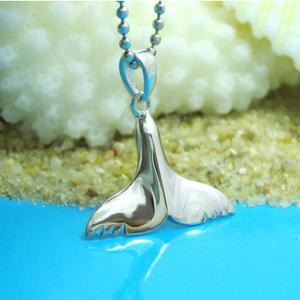 楽しい夏を彩る海のモチーフクジラの尾のシルバーネックレス
