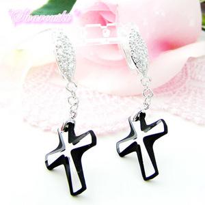 【送料無料】スワロフスキーのクロス(十字架)のシルバーピアス