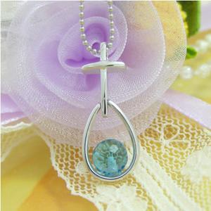 可愛いクロスと雫の水晶のシルバーネックレス