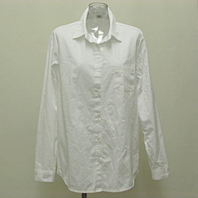 シンプルな白シャツ