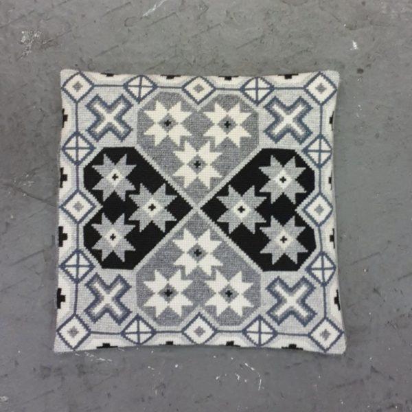 〔Svensk Hemslojd〕 クロスステッチキット Lillis Hjartan / Grey
