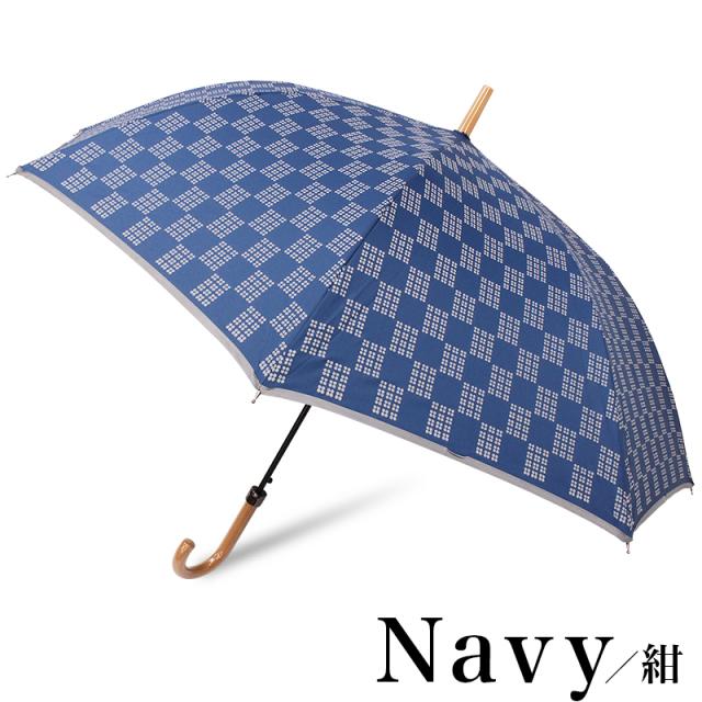 雨の夜道で安心の車のライトに反射する傘