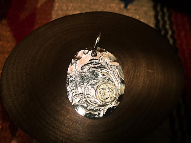 シルバー/ゴールド(K18) STRIVEロゴ アラベスクメダルペンダント [ST-P001]