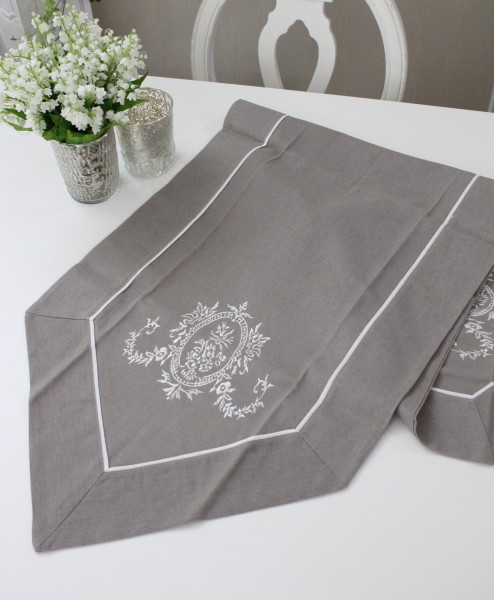 フランスから届くフレンチリネン(グレージュ×ホワイト刺繍) 【Blanc de Paris】 テーブルセンター モノグラム刺繍 シャビ