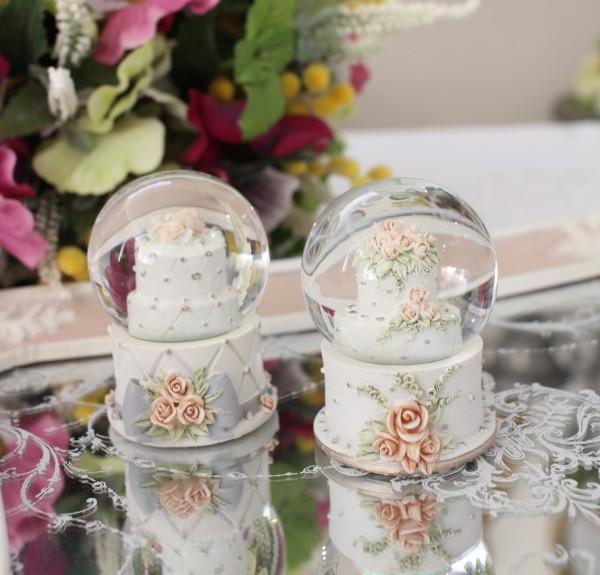 小ぶりで可愛いミニ スノードーム(ケーキ) 可愛い ウサギ 置物  シャビーシック フレンチカントリー アンティーク 雑貨