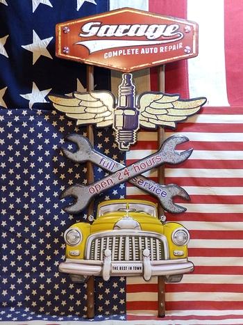 アメリカンウォールデコ看板 GARAGE エンボス加工 差し込み 壁掛け ブリキ アメリカ雑貨屋 サンブリッヂ