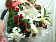 カサブランカと赤バラ花束