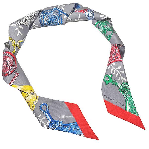 ≪新品≫ エルメス ツイリー 「 ETRIERS REMIX / 鐙・リミックス 」 Gris / Acier / Rouge グリス / アシエ / ルージュ ミニ スカーフ ミニ スカーフ 箱 リボン ラッピング