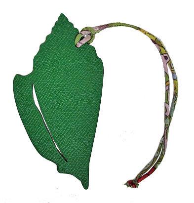 新品エルメスプティ・アッシュチャーム貝殻シェル型MMグリーン×トレンチ(5)箱リボンのスペシャルラッピング