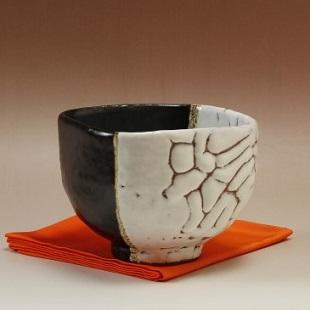萩焼(伝統的工芸品)抹茶碗極上掛分け(鬼白荒竹&黒釉)四方