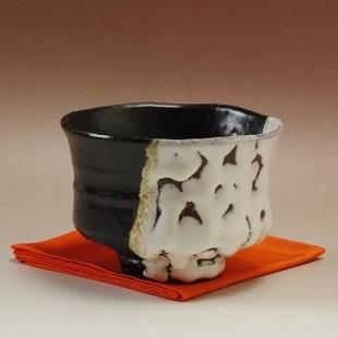 萩焼(伝統的工芸品)抹茶碗極上掛分け(鬼白荒竹&黒釉)端反