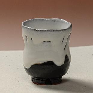 萩焼(伝統的工芸品)湯呑掛分け(鬼白荒竹&黒釉)胴締