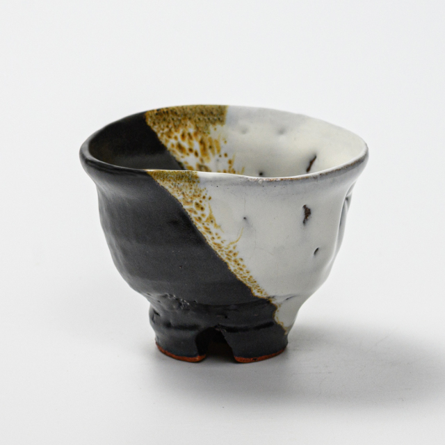 萩焼(伝統的工芸品)ぐい呑掛分け(鬼白竹&黒釉)井戸形猪口No833