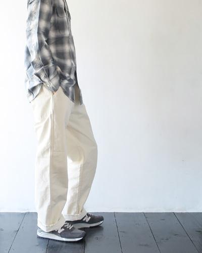 Necessary or Unnecessaryのパンツのモデル着用画像