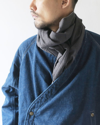 Engineered Garmentsのストールのモデル着用画像