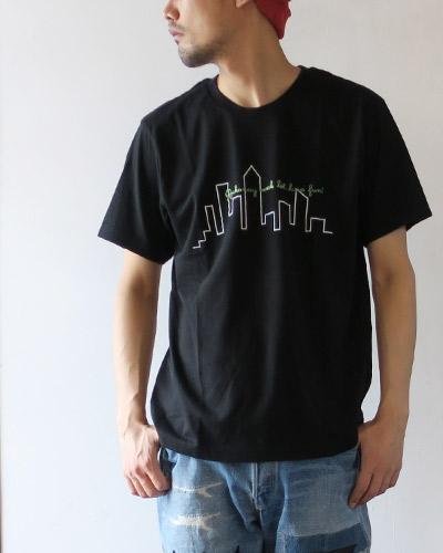 THE DAYのTシャツのモデル着用画像