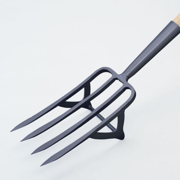 【足掛け付き芋掘りフォーク四本刃】根菜の収穫や土混ぜに活躍する農具