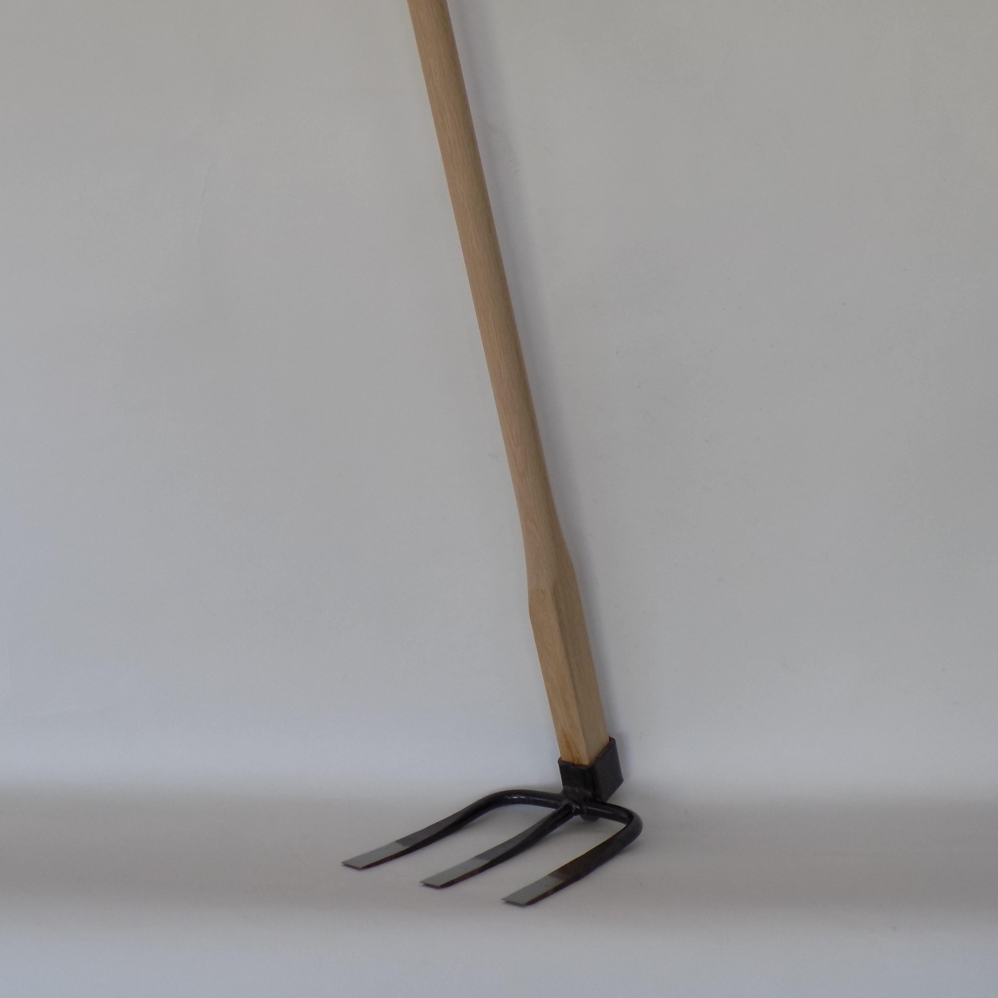 【角ヒツ三本鍬 磨き仕上】家庭菜園用の三本鍬 硬い土壌に土刺さり良い三本刃