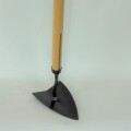 弊社女性スタッフのおすすめの鍬 【三角鎌 小】土寄せにも使えて人気の三角鎌の小サイズ