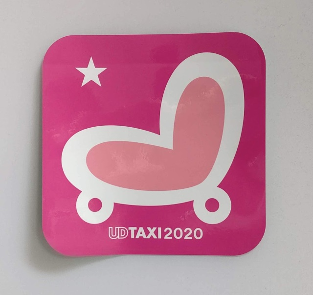 UD TAXI 2020 ステッカー ピンク 150X150