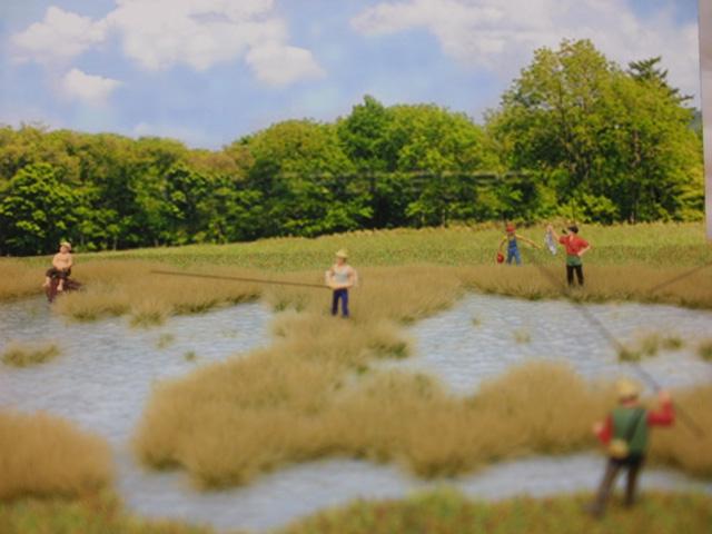 沼地の草むら、釣り人