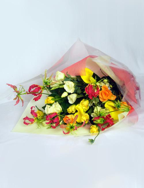 バラと季節の花束