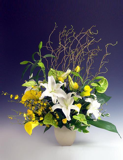 ユリと季節のお花のアレンジメント