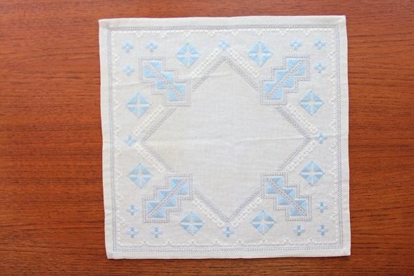 北欧ヴィンテージ           刺繍のリネン敷物 / 正方形 31cm