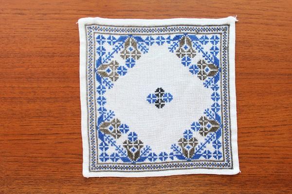 北欧ヴィンテージ           刺繍のリネン敷物  / 正方形 24cm