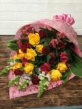 赤と黄色バラの花束