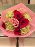 可愛らしい花束 キュット束ねたブーケ調花束