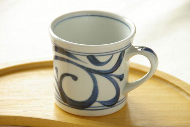 【砥部焼 梅山窯】からくさの反マグカップ