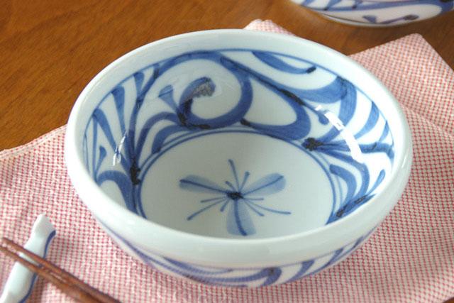 【砥部焼 梅山窯】みつからくさの半玉ぶち鉢(4.8寸)