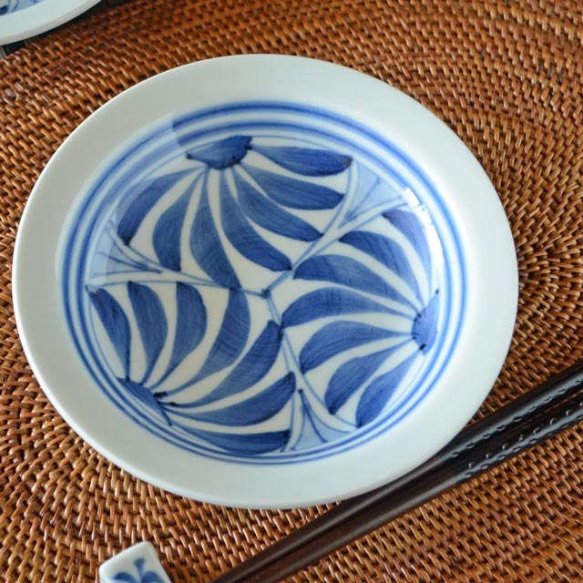 和食器・砥部焼 流れ菊の縁付深皿(5寸)