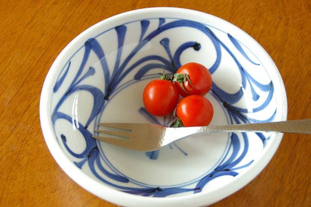 【砥部焼 梅山窯】みつからくさの半玉ぶち鉢(6寸)