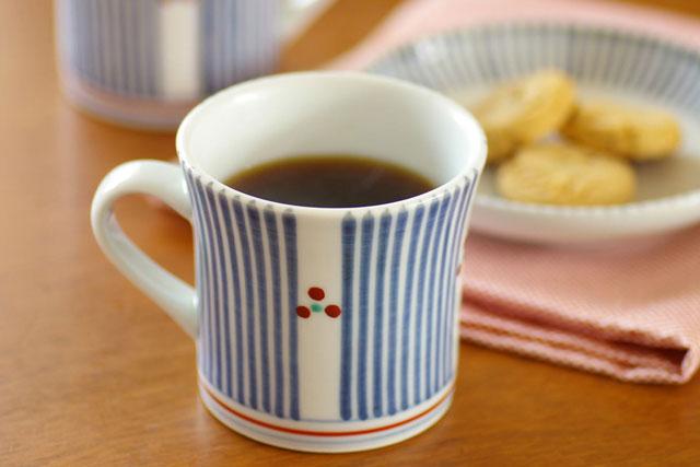 【砥部焼 梅山窯】とくさみつ紋の反マグカップ