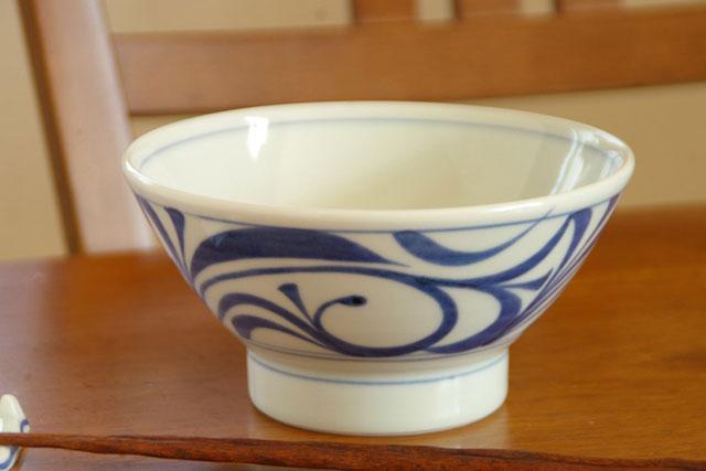 【砥部焼 梅山窯】からくさの茶漬け碗