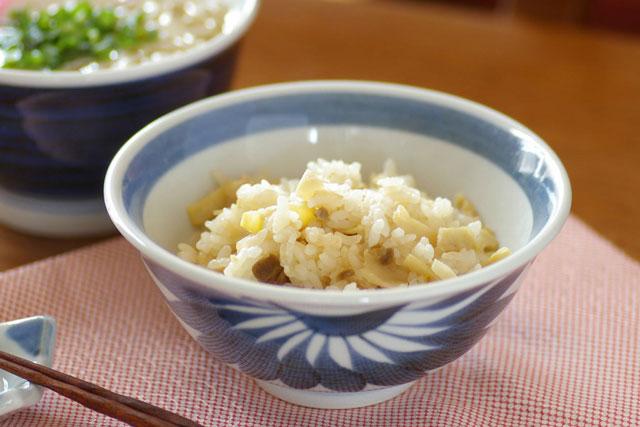 【砥部焼 梅山窯】流れ菊の反茶碗(4.5寸)