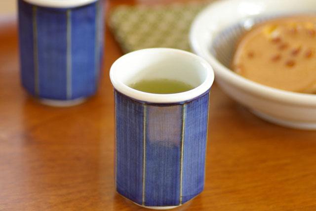 【砥部焼 梅山窯】藍色の八角湯呑(中)