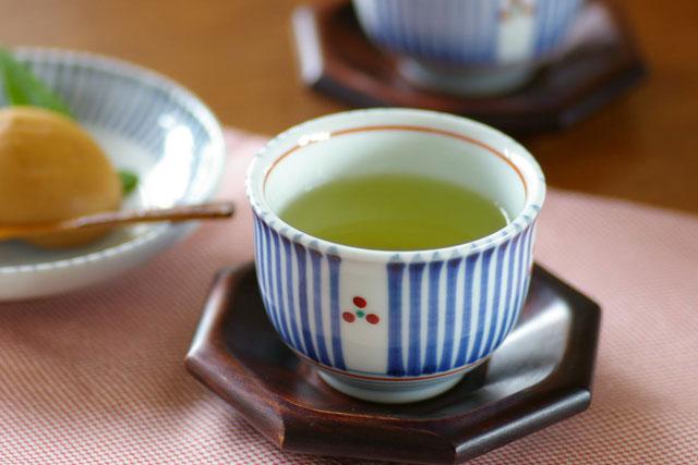 【砥部焼 梅山窯】とくさみつ紋の湯呑(小)