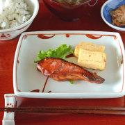 和食器・砥部焼 赤太陽の角皿(5.5寸)